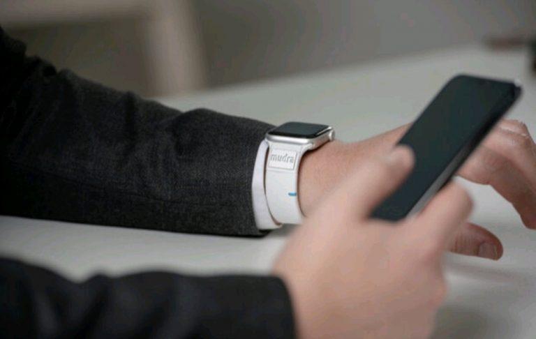 کنترل ساعت هوشمند بدون دخالت دست.